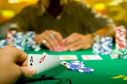 Beim Online Poker mit starken Händen den Flop einzugehen, erfordert genauso viel Nachdenken und Planung, wie bei schwachen Händen zu floppen und vielleicht sogar noch mehr.