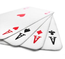 No Limit Cash Partien beim Full Ring Poker bestehen im Prinzip zwei Spielen. Unerfahrene Spieler verstehen oft nicht, dass ein gutes Ausspielen der Blinds für den langfristigen Erfolg unabdingbar ist.